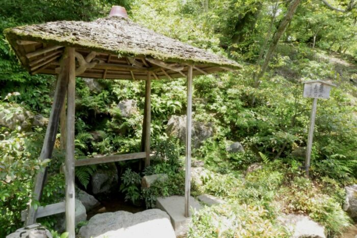 金閣寺の巌下水