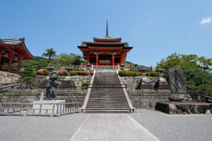 清水寺の西門と三重塔